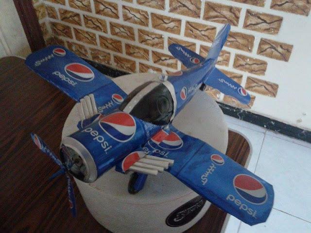 طائرة مصنوعة من علبه كانز
