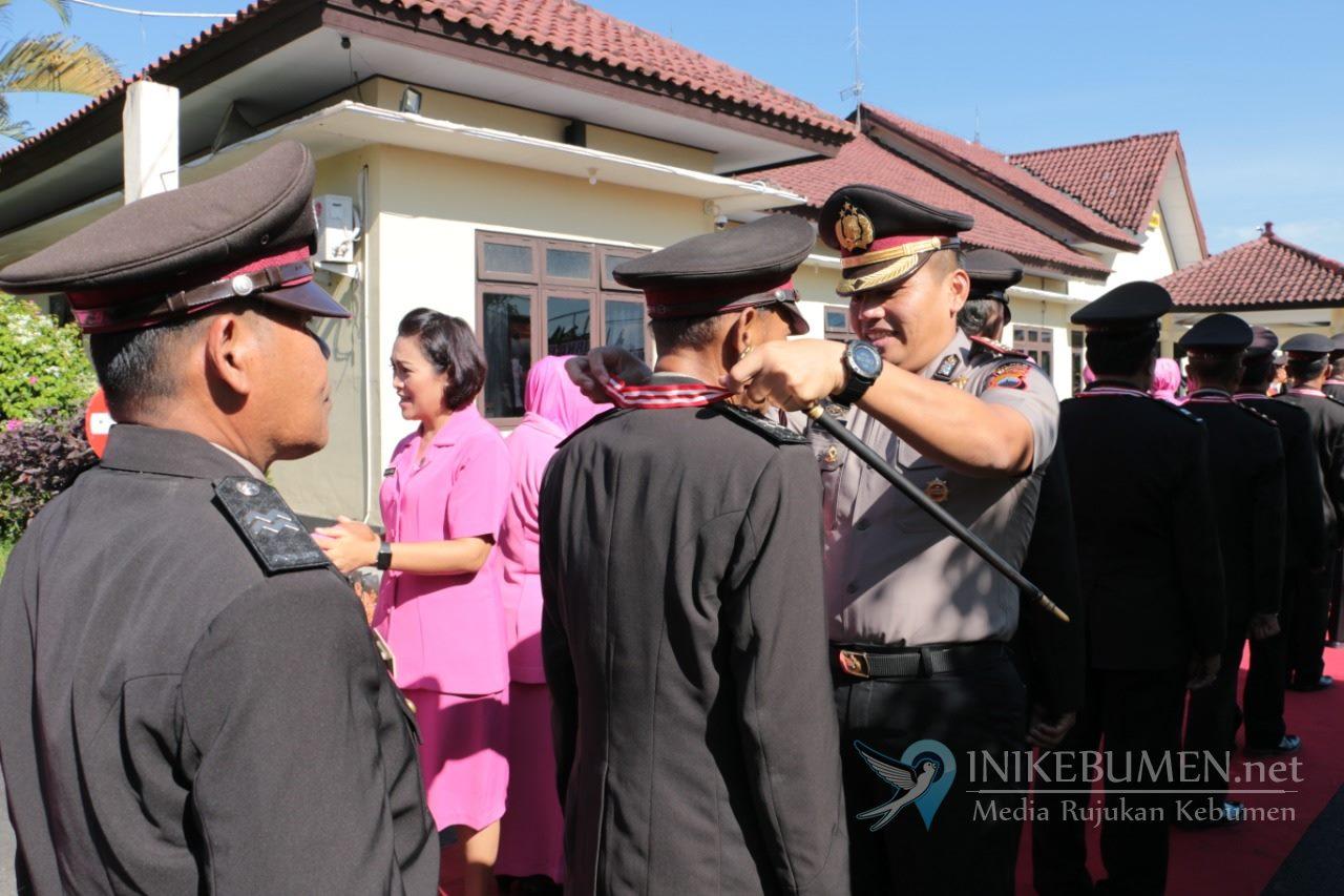 Pensiun, Kapolres Kebumen Lepas 19 Polisi dan 2 PNS melalui Wisuda Purna Bakti
