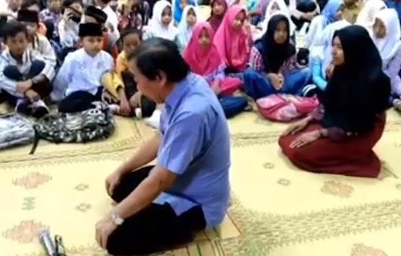 Video Seorang Pria Ajarkan Anak-anak Shalat Berbahasa Indonesia Gegerkan Netizen