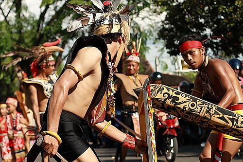Pria Dayak menggunakan Baju Adat Dayak di Gawai Dayak