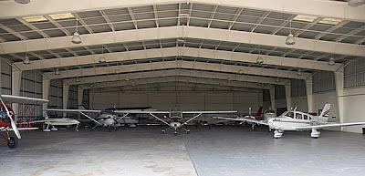 İçinde sivil uçaklar bulunan bir uçak hangarı
