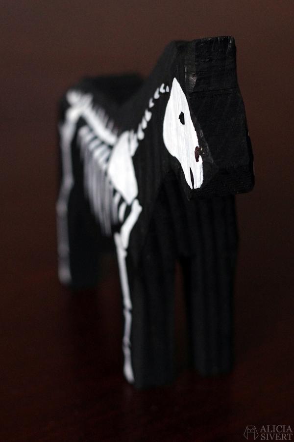 Death's dalecarlian horse, by Alicia Sivertsson 2016. dalahäst dala horse häst måla skelett hästskelett död döden diy monthly makers trä bloggutmaning utmaning blogg skapa skapande kreativitet