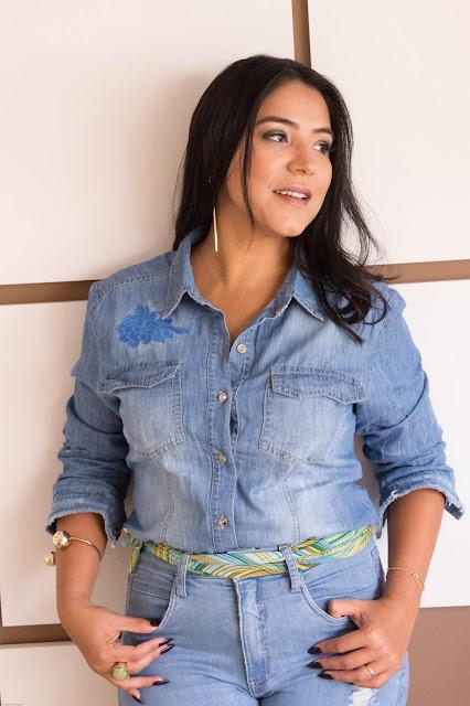 O clássico Jeans + Jeans repaginado com recortes e bordados