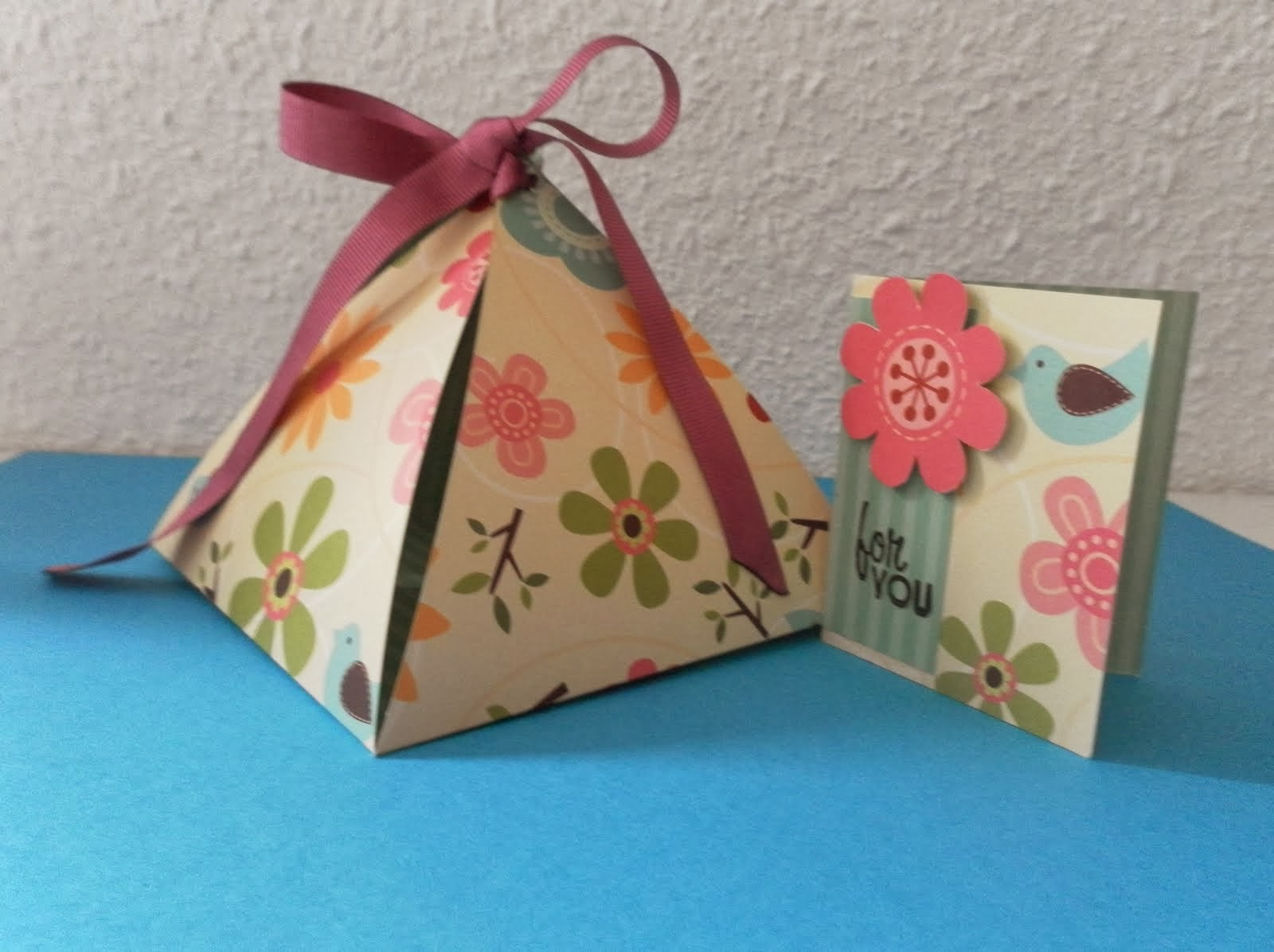 Ingeniando como hacer una caja de regalo en forma de piramide for Como hacer cajas de carton para regalo