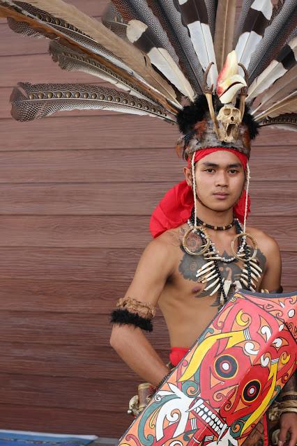 Pria Baju Adat di Gawai Dayak di Pontianak, Kalimantan Barat