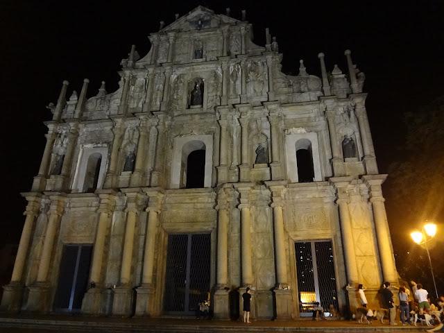 De noche en la fachada de la iglesia de San Pablo en Macao