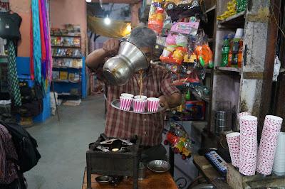 Sarapan chai dan kue di pagi buta di terminal bus Jaipur