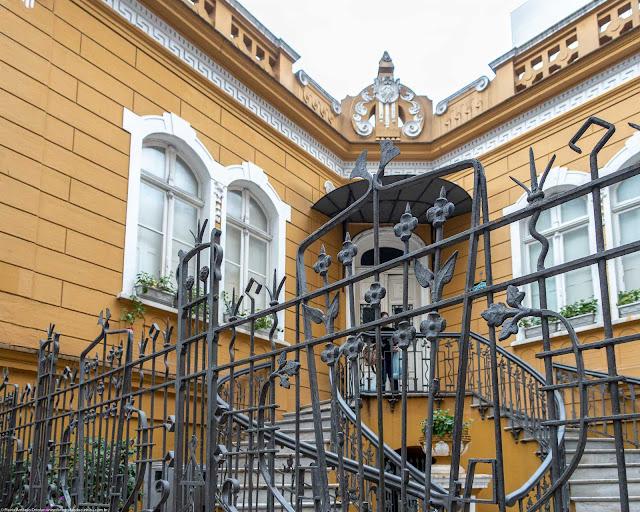 Residência de Affonso Alves de Camargo, localizada na Praça General Osório - detalhe da escada e entrada principal