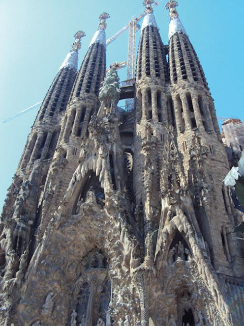 Barcelone est la deuxième ville d'Espagne en termes de population et d'activités, la onzième ville la plus peuplée de l'Union européenne et la sixième en incluant sa banlieue: Plus de 5 millions de personnes vivent dans l'agglomération barcelonaise. La majeure partie des municipalités adjacentes sont en outre rassemblées dans l'Àrea Metropolitana de Barcelona.