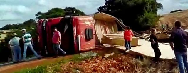 Manoel Ribas: Carreta carregada com compensado tomba na PR-466