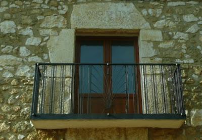 balcón con inscripción de cuando se hizo el edificio