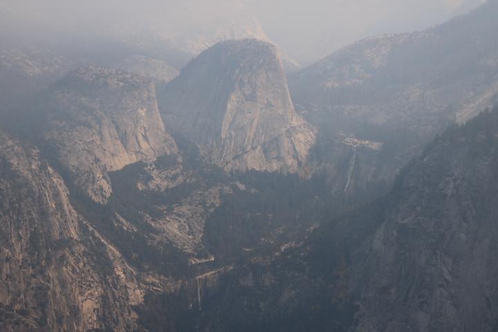 Vernal Falls e Nevada Falls viste dal Glacier Point all'interno dello Yosemite National Park