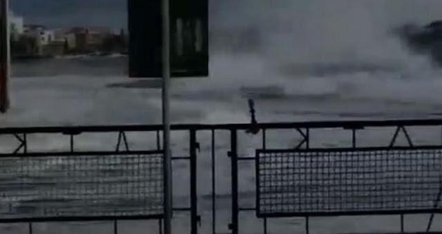 Τήνος: Η στιγμή που κύματα σαρώνουν το λιμάνι – Η θάλασσα βγήκε στη στεριά (video)