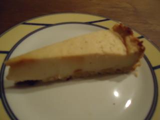 Ein Stück veganer und fettarmer Käsekuchen auf einem Teller