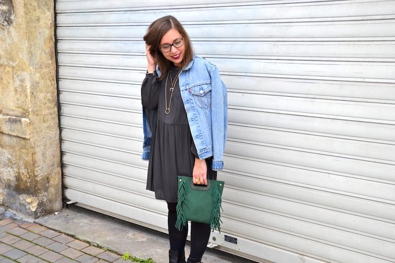 veste en jean Levi's, robe grise American Vintage, sac a frange vert Sammydress, collants noirs