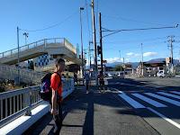 また歩道橋と振り返るポルシェさん