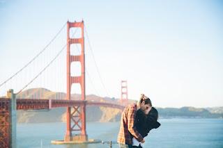 casal junto a ponte vermelha