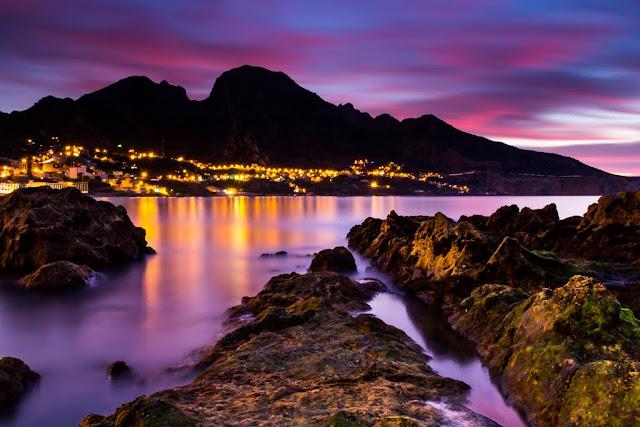 El Atlante dormido de noche desde la costa de Ceuta