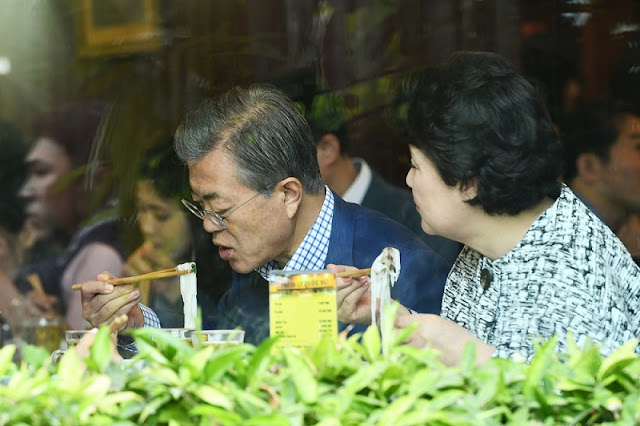 South Korea's Moon tries Vietnamese famous pho in Hanoi