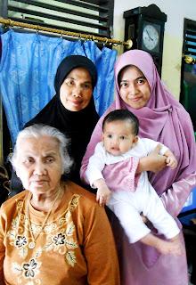 4 Generasi: Nenek, Mama, Aku dan Eiffel