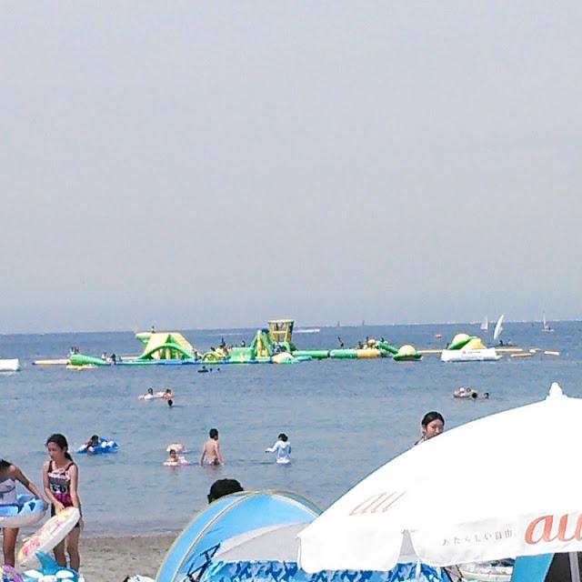 逗子海岸から見た zushi beach splash waterpark の写真です。