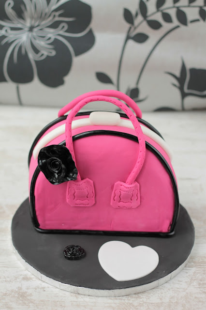 Handbag Cake, this step by step tutorial will guide you through carving and decoarating this showstopper cake. www.goodfoodshared.blogspot.com