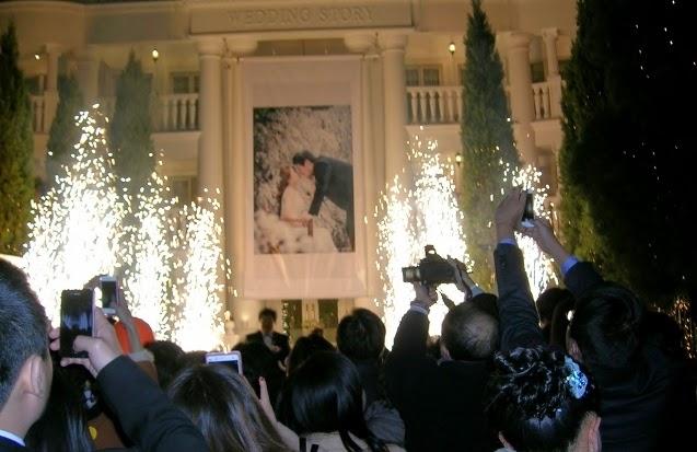 新郎新婦がキスをしている大きな写真の前でフィナーレ