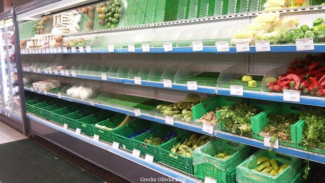 na półce w sklepie stoją zielone koszyki na owoce i warzywa Mykonos grudzień 2016