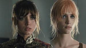 Joi (Ana de Armas) et Mariette (Mackenzie Davis) dans Blade Runner 2049