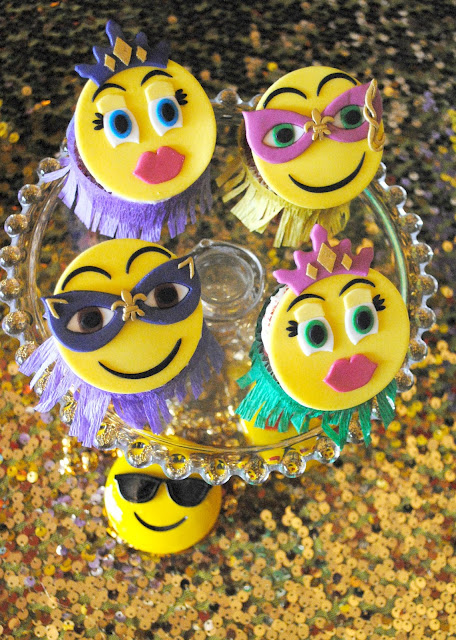 Mardi Gras emoji cupcake toppers. More inspiration on www.fizzyparty.com