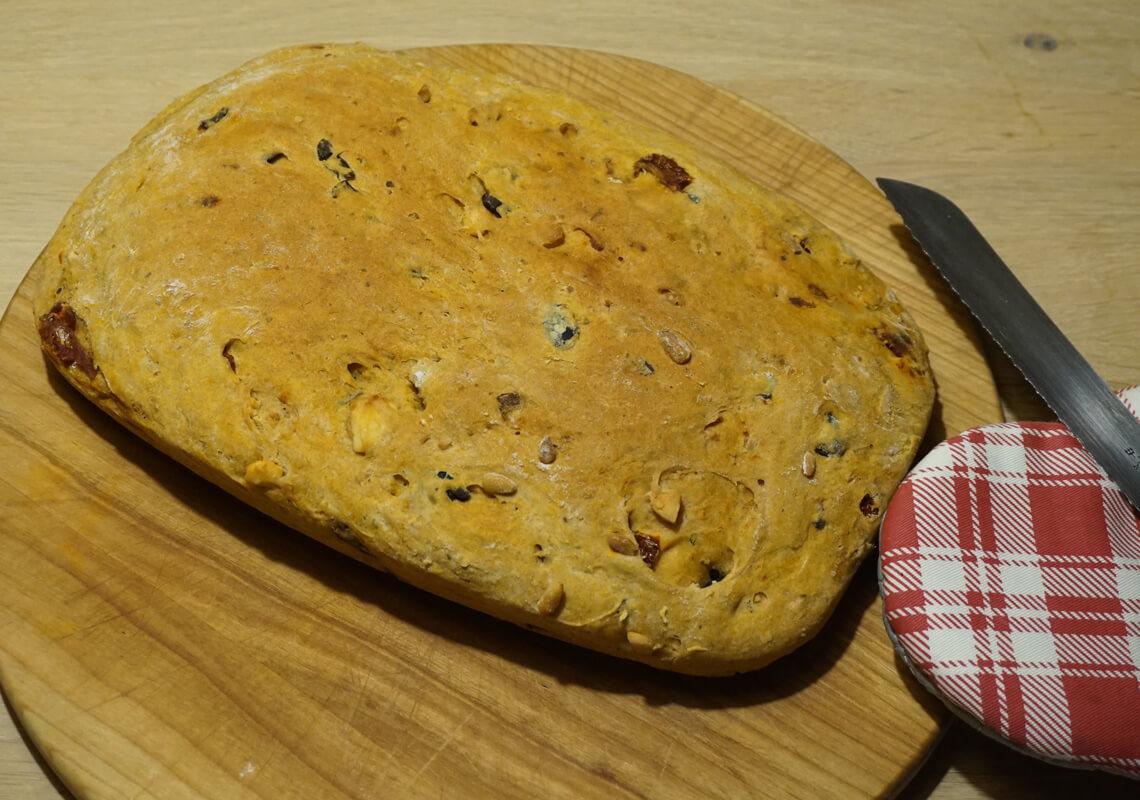Focaccia mit Oliven, getrockneten Tomaten und Schafskäse - Vollansicht