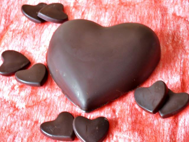http://www.caietulcuretete.com/2012/02/inima-de-ciocolata-cu-crema-de-cocos.html
