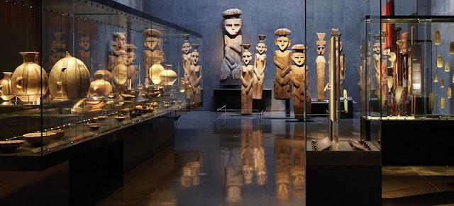 Museo Chileno de Arte Precolombino hay còn gọi là Bảo tàng lịch sử Quốc gia. Hơn 5000 tác phẩm liên quan đến nghệ thuật xuyên suốt chiều dài phát triển lịch sử Chile được trưng bày tại nơi đây, bao gồm cả kim loại, dệt may, đồ gốm, xương và da.