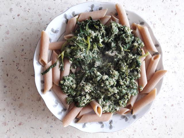 Makaron z makrelą wędzoną i szpinakiem