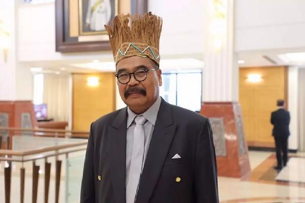 Ahli Parlimen memakai topi tradisional Orang Asli mencuri tumpuan