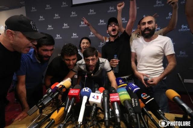 """Docenas de manifestantes interrumpieron al grito de """"Asesino"""" los planes para una conferencia de prensa del ex presidente armenio Robert Kocharian, un día después de que lo liberaran por tener inmunidad"""