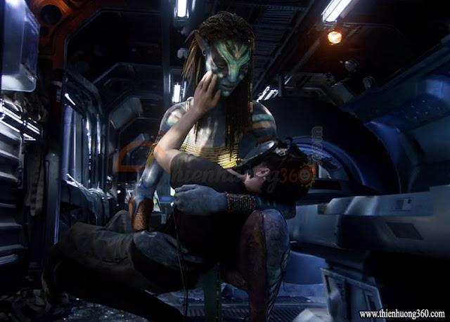 Avatar (2009): Neytiri lần đầu tiên thấy Jake trong hình hài của một con người