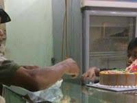 Demi Bahagiakan Istrinya, Pemulung Ini Belikan Kue Ulang Tahun Untuk Sang Istri