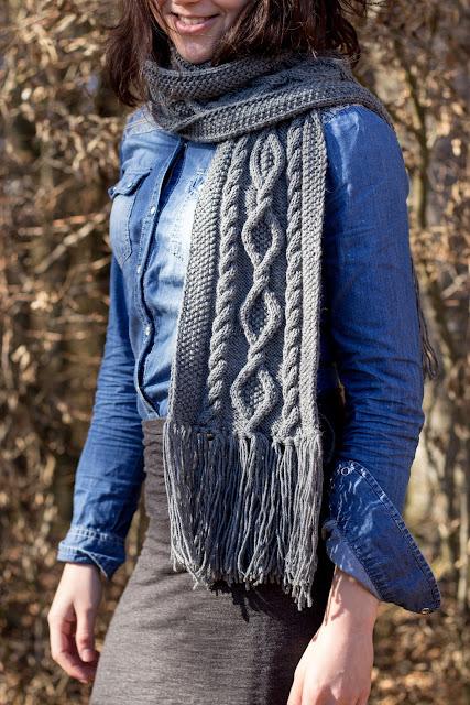 Anleitung für einen gestrickten Schal mit Zopfmuster oder Aranmuster