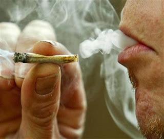 Arrestado Por Fumar Marihuana Frente a Menor