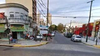 El hecho se inició en la tarde del sábado en la esquina de las calles Chacabuco y Alsina, al sur del conurbano, donde la mujer simuló ser una clienta y entró a la peluquería 'Fabiana' a robar junto a un cómplice y ambos escaparon después en una moto.