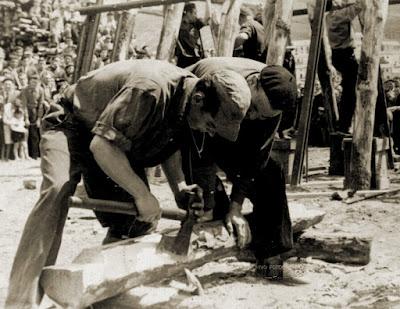 Entibadores usando el hacho.