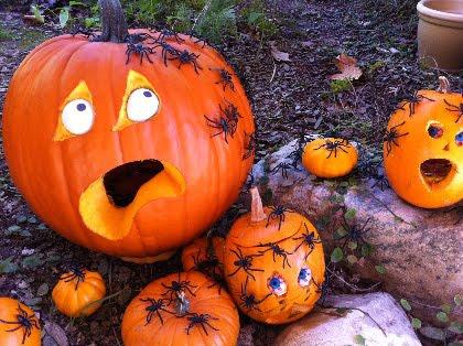 Градинска декорация за Хелоуин с тикви и паяци