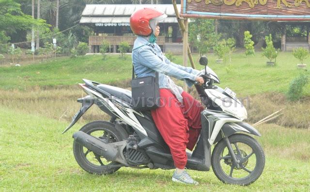 tips aman berkendara wanita berhijab