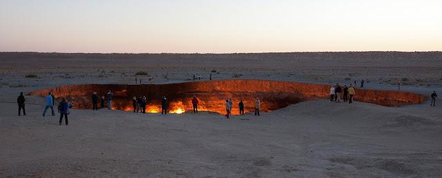 """""""Porta do Inferno"""", ou Cratera de Darvaz queimando gases sempre"""