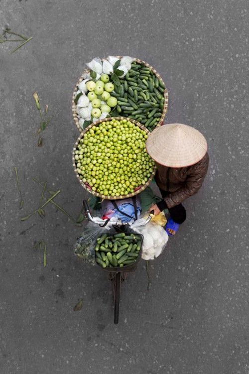 Đẹp mê hồn xe hàng rong Việt nhìn từ trên cao