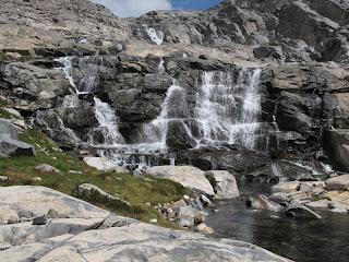 Auf dem Abstieg komme ich an diesem Wasserfall vorbei