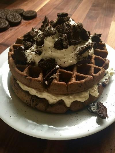 Kalau anda penyuka kue keju, oreo, dan waffle, anda bisa mendapatkan semuanya dalam satu waffle ini.