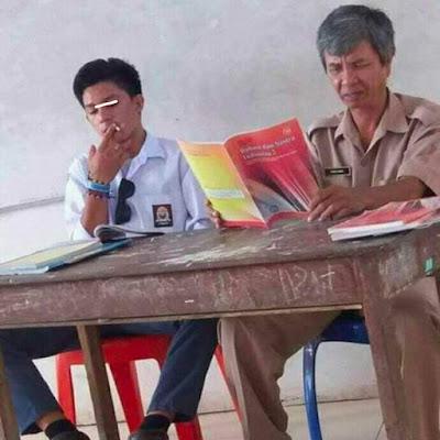 PARAH Siswa SMA Ini Duduk Tak Sopan Di samping Gurunya Sambil Merokok