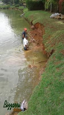 Bizzarri iniciando a execução de um muro de pedra em volta do lago onde vamos fazer em toda a extensão do lago. 1 de março de 2017.